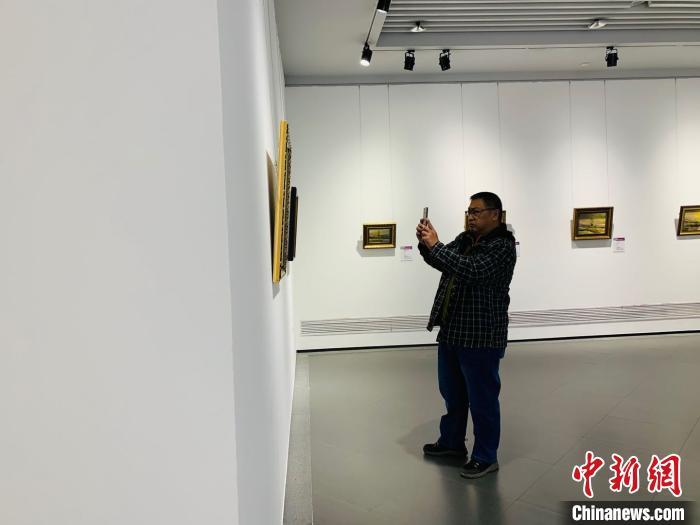 哈尔滨出现100幅俄罗斯油画 吸引来自四面八方的游客驻足