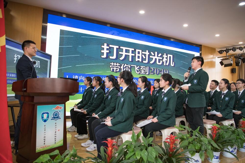 4月6日,来自华中科技大学附属中学的教师徐风(左)在研讨会现场为学生授课。