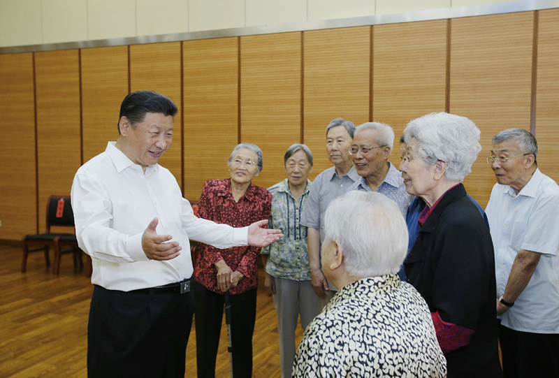 2016年9月9日,習近平總書記在北京市八一學校同母校老教師們親切交談。