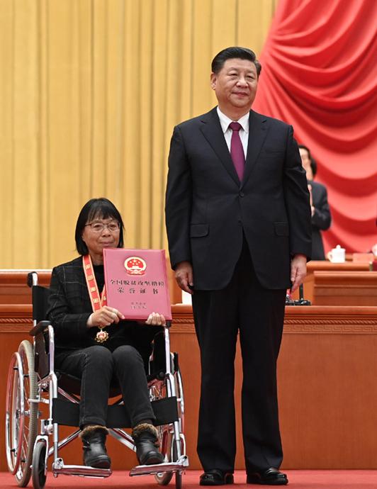 2021年2月25日,全國脫貧攻堅總結表彰大會上,習近平總書記為全國脫貧攻堅楷模榮譽稱號獲得者張桂梅頒獎。