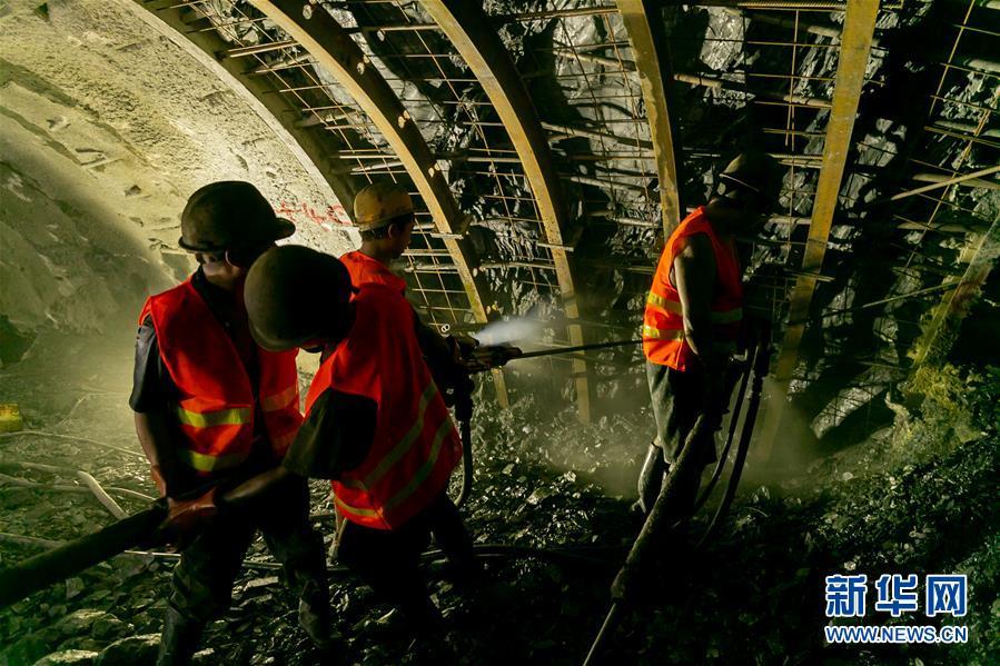 中老铁路全线隧道实现贯通